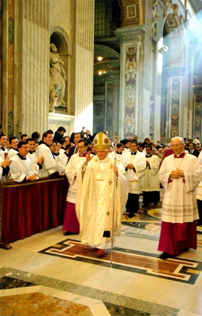 Procesión de entrada en la Basílica de San Pedro. El Santo Padre bendice a los hermanos que están en la valla.