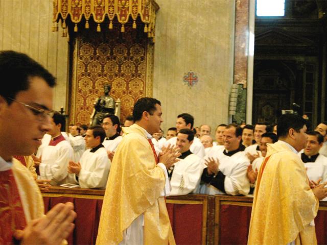 Los hermanos aplauden al P. Juan Carlos Mari, L.C., en la procesión de salida.