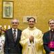 El P. Thomas junto a su familia y a Mons. Renato Boccardo el 1 de noviembre de 2008, día de su ordenación sacerdotal, en la capilla del centro de estudios superiores de Roma.