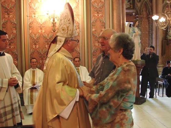 Los familiares del P. Carlos Nogueira, L.C., saludan al obispo auxiliar de Rio de Janeiro, Mons. Edney.