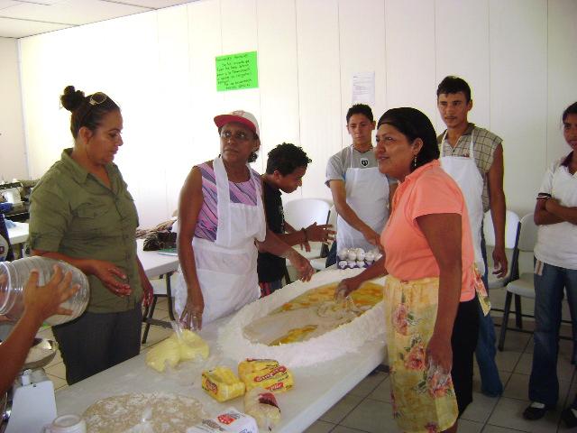 El Centro de Desarrollo Comunitario imparte clases a personas de escasos recursos para su superación personal.