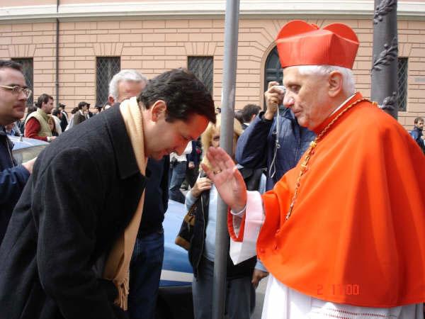 Familia Solís recibiendo la bendición del Car. Ratzinger