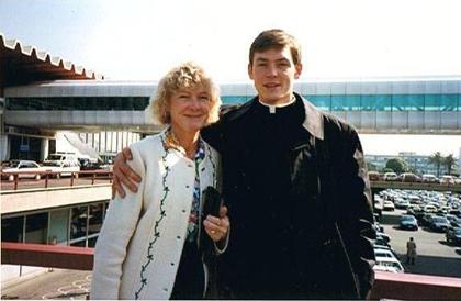 El H. Joseph Burtka, L.C. con su mamá, en el aeropuerto de Roma.