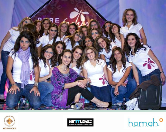 Grupo de chicas participantes del primer grupo Pure Fasion en México, al frente de todas ellas, Mariana Lorenzo, directora nacional del programa.