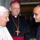 Alejandro Pinelo recibe el saludo del Papa Benedicto XVI acompañado de Mons. Pedro Pablo Elizondo, L.C., obispo de la Prelatura de Cancún-Chetumal.
