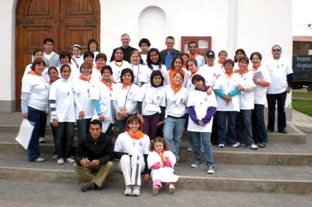 El P. Donal O&acute;Keeffe, L.C., con las familias que participaron en la primera misi&oacute;n en la localidad de Punta Hermosa, Per&uacute;.