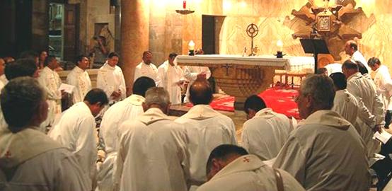 Los 40 sacerdotes que participaron en la renovación sacerdotal en Tierra Santa tienen un momento de adoración en el Huerto de Getsemaní.