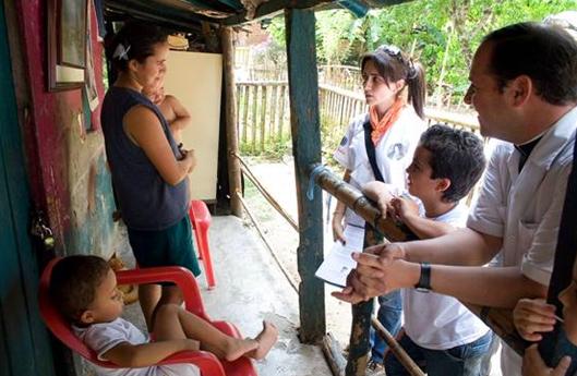 Familias enteras, acompañados por un sacerdote, van a las comunidades para ayudar a los párrocos en su labor evangelizadora.