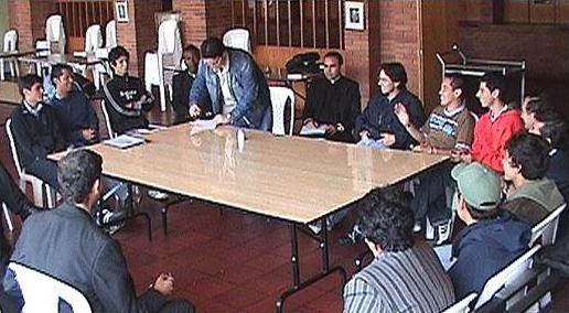 Mesa redonda durante el cursillo de formaci&oacute;n sobre los clubes juveniles de <i>Red Misi&oacute;n</i> en Bogot&aacute;.