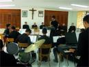 Un grupo de novicios legionarios ofrece a Mons. Ospina unas piezas musicales.