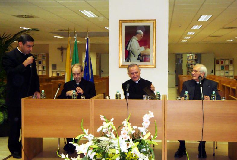 P. Paolo Scarafoni LC (a sinistra) insieme ai reverendi conferenzieri nella biblioteca universitaria