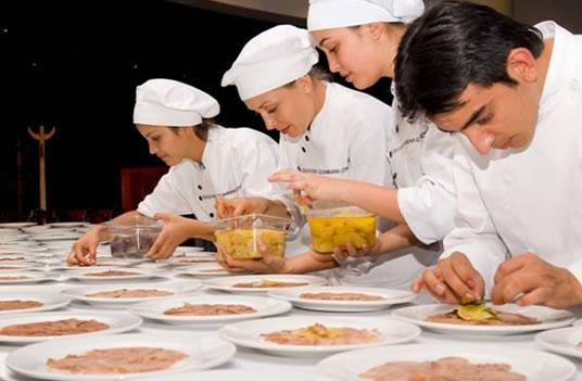 Chefs especializados cocinando esperanzas.