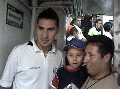 Luis Ángel, con su papá y el portero del equipo Cruz Azul, Yosgart Gutiérrez.