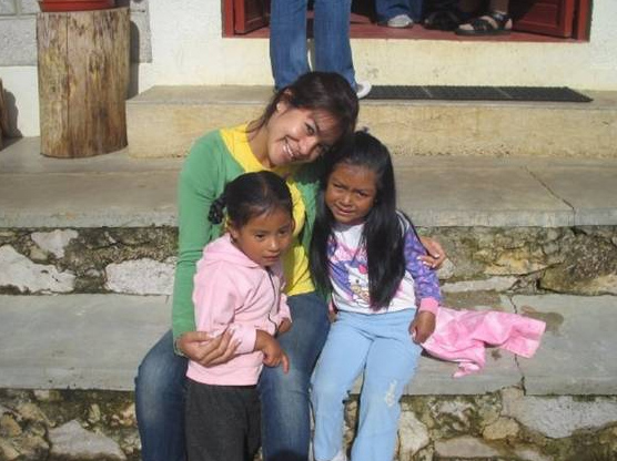 Rocío Oliva, colaboradora del Regnum Christi, con niños de San Cristóbal de la Casas, Chiapas, promoviendo los apostolados de Soñar Despierto.