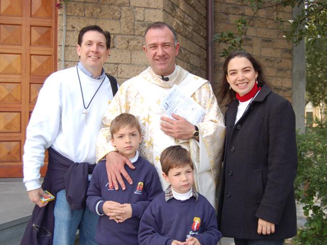 Il parroco di Sferrocavallo, mons. Marco Nunzi, con una famiglia missionaria