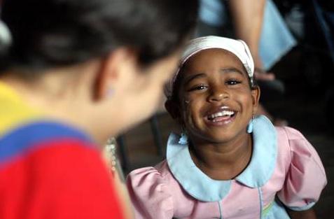 Un voluntario de Soñar Despierto con una niña enferma de cáncer terminal.