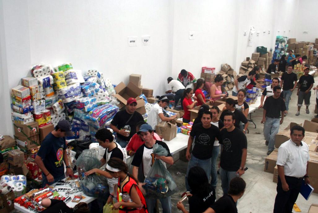 Jóvenes de la red de Universidades Anáhuac se dieron a la tarea de llevar y repartir despensas.