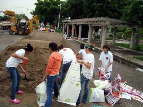 Así como ellas, muchas personas conscientes de la necesidad que atraviesan los damnificados por las lluvias, arriman su hombro y contribuyen con su granito de arena.