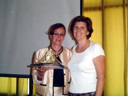 La Lic. Martha Hamill recibe un reconocimiento.