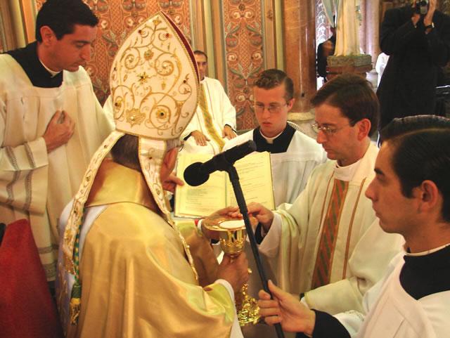P. Carlos Porto Nogueira, L.C. al momento de la entrega del caliz y la patena al momento de su ordenación sacerdotal.