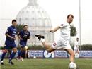 Seminaristas del Pontificio Colegio Internacional Maria Mater Ecclesia (de azul) jugando contra el equipo de la Universidad Gregoriana.