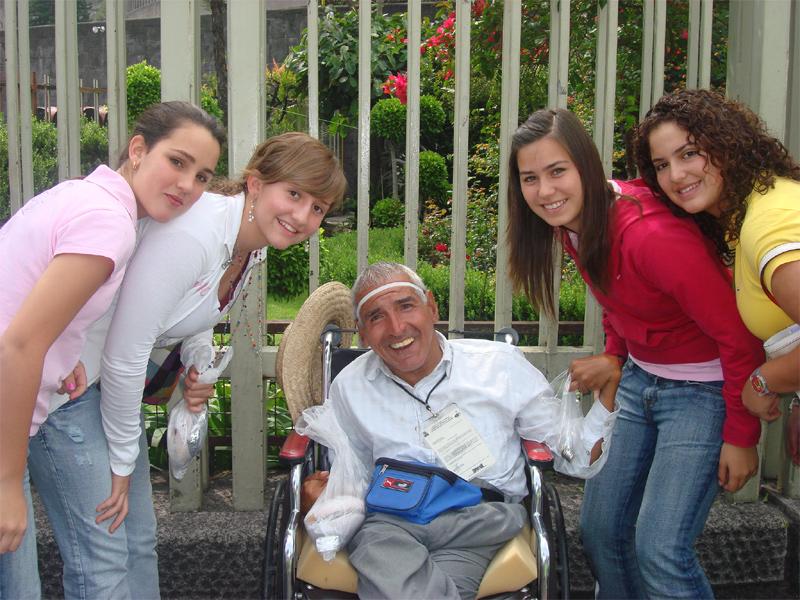 María José, la primera de izquierda a derecha, con otras chicas colaboradoras del ECYD.