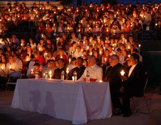El Card. Francisco Robles, arzobispo de Monterrey, presidió el viacrucis. Lo acompañan (de izq. a der.) el H. Noel Lozano, L.C. y los PP. Alejandro Ortega, John Devlin, L.C. y el P. José E. Martínez.