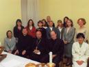El Card. Estanislao Dziwisz, arzobispo de Cracovia, acompañados por los PP. Sylvester Heereman (derecha) y Steven Clarke (izquierda), L.L.C.C., así como de las señoritas consagradas, colaboradoras y miembros del Movimiento de la ciudad.