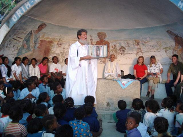 El padre Pedro Opeka muestra la imagen de la Virgen Peregrina de la Familia.