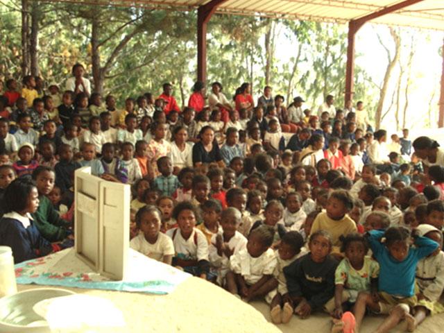 Niños de Akamasoa en África, ante el retablo de la Virgen Peregrina de la Familia.