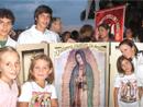 Familias reunidas para fomentar el rezo del rosario a través del apostolado de la Virgen Peregrina de la Familia.