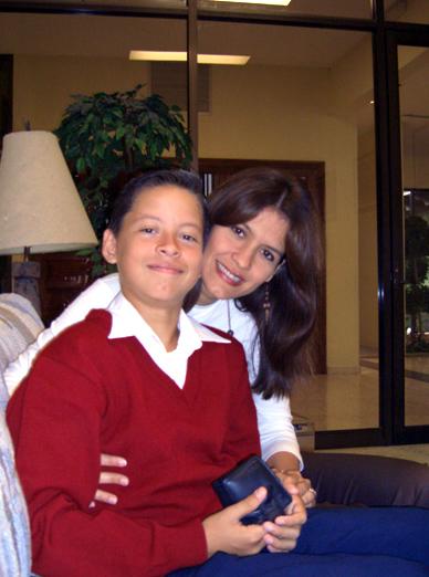 Rafael José junto a su mamá en el centro vocacional de Monterrey.