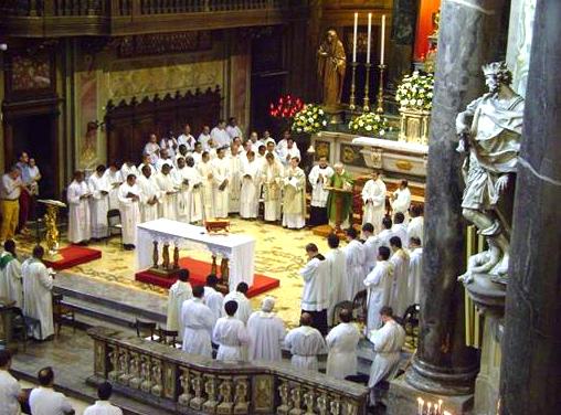 Concelebración de los sacerdotes en Como, Italia.
