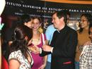 El P. Álvaro Corcuera, L.C., saludando a un grupo de jóvenes integrantes del Instituto Superior de Estudios para la Familia.