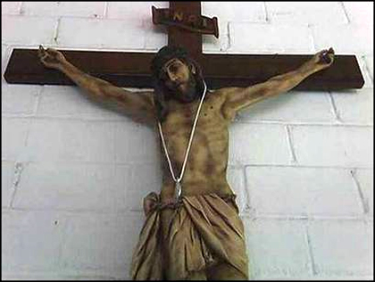 Cristo en la cruz con medalla.