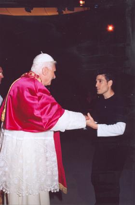 Paul Ponce saludando al Papa Benedicto XVI, durante la Jornada Mundial de la Juventud, en Colonia.